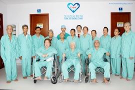 Hàng chục bệnh nhân chờ đến lượt phẫu thuật mắt bằng Phaco tại Bệnh viện Tâm Trí Đồng Tháp